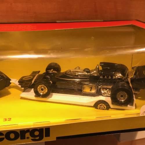 Corgi JPS Lotus and Formula One Car 32 Gift Set image-3