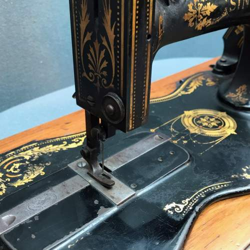 Fiddle Based Singer Sewing Machine image-4