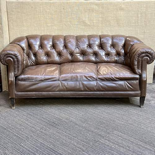 Early 20th Century English Traditional Leather Chesterfield Sofa image-1