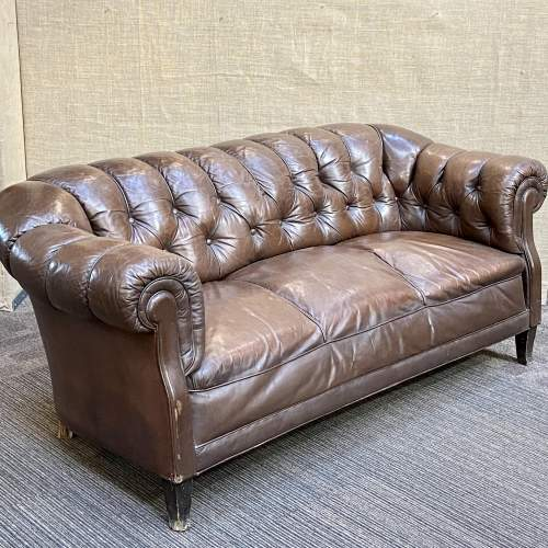 Early 20th Century English Traditional Leather Chesterfield Sofa image-2