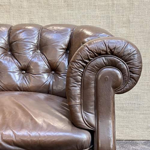 Early 20th Century English Traditional Leather Chesterfield Sofa image-3