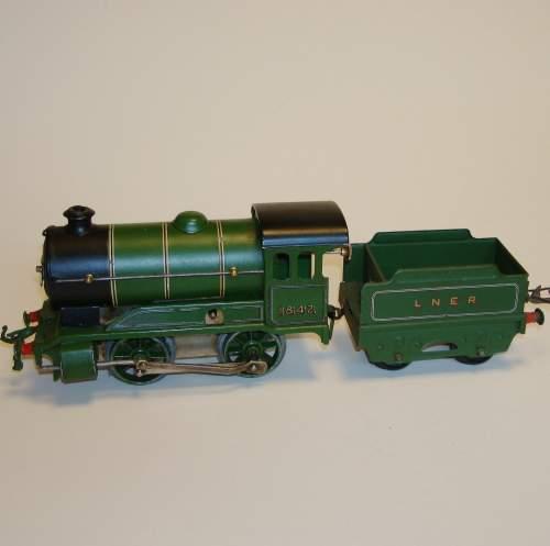 Hornby LNER 0-4-0 Locomotive and Tender image-3
