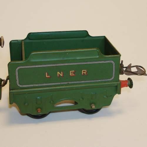 Hornby LNER 0-4-0 Locomotive and Tender image-4