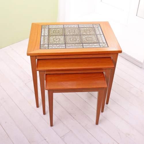 Kvalitet Form Funktion 1960s Nest of Tiled Teak Tables image-1