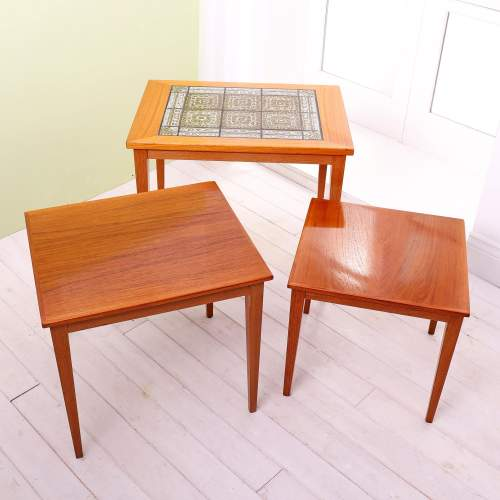 Kvalitet Form Funktion 1960s Nest of Tiled Teak Tables image-2