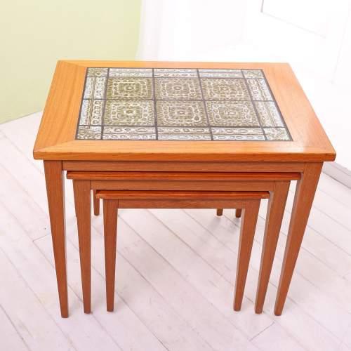 Kvalitet Form Funktion 1960s Nest of Tiled Teak Tables image-3