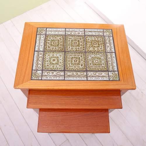 Kvalitet Form Funktion 1960s Nest of Tiled Teak Tables image-6