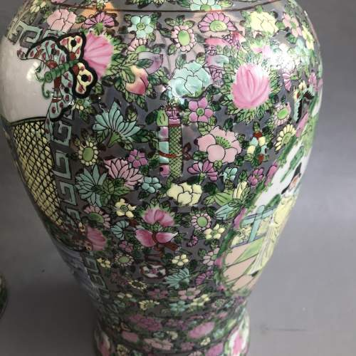 Pair of Decorative 20th Century Chinese Porcelain Vases image-4