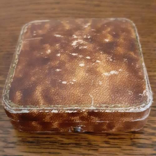 Boxed Vintage 9ct Gold Triple Flower Brooch image-4
