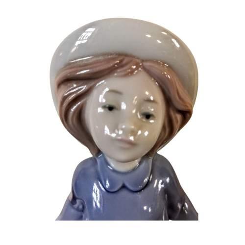 Lladro Nao Figurine of a Girl image-5