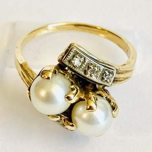 18ct Gold Diamond and Two Pearl Ring