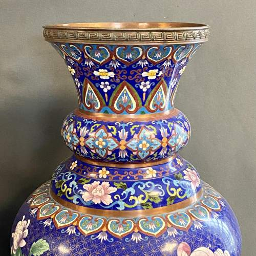 Very Large Pair of 19th Century Chinese Cloisonné Vases image-3